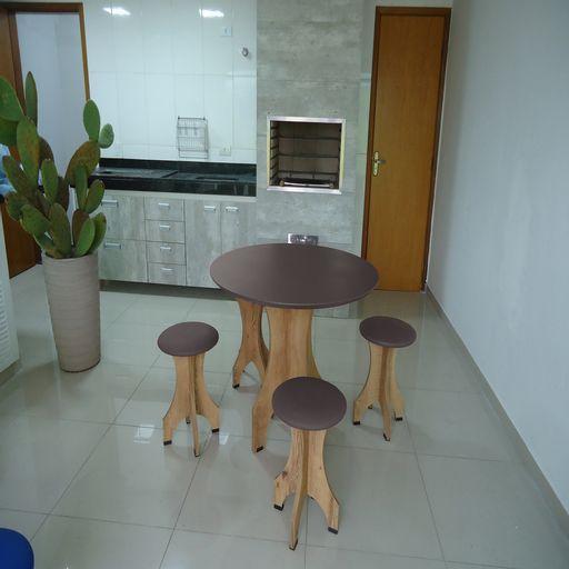 Conjunto-de-Mesa-78-cm-com-4-Banquetas-Rubi-de-Madeira-Antigua-com-Assento-Estofado-Cinza-Cestari-
