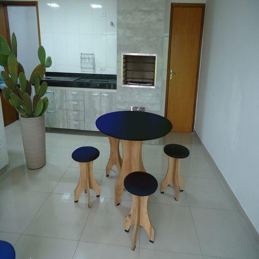 Conjunto-de-Mesa-90-cm-com-4-Banquetas-Rubi-de-Madeira-Antigua-com-Assento-Estofado-Azul-Cestari-